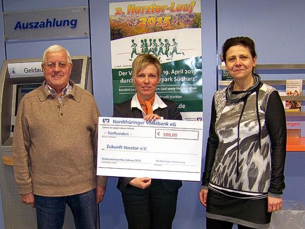 Von links: Wolfgang Heber, Frau Meinhardt (Nordthüringer Volksbank eG), Christina Zyrus (Zukunft Harztor eV.)
