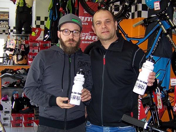 Silvio Holub (eldorado) und Andreas Wichmann präsentieren die Trinkflaschen.