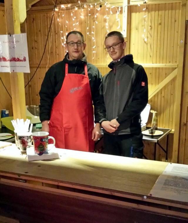 Dirk und Willy Wackerhagen am Kartoffelpuffer-Stand.